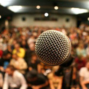 entendiendo-a-tu-audiencia_micrófono_primer_plano_audiencia_detrás
